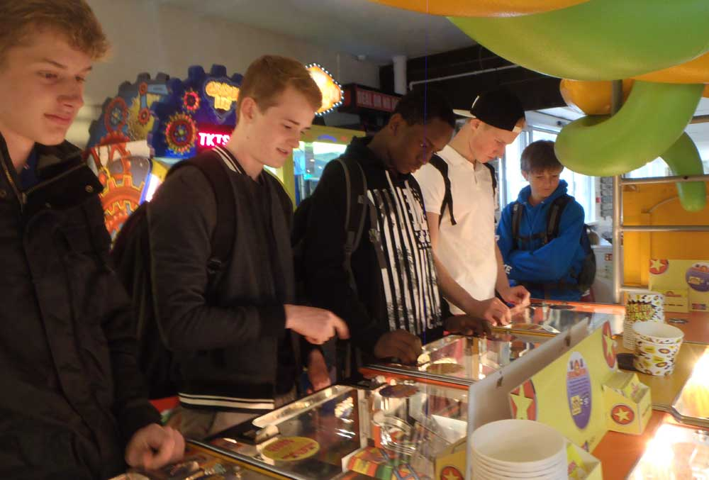 Nils, Fabian, Colin, Ayobami and Harry trying their luck with the 2p's!